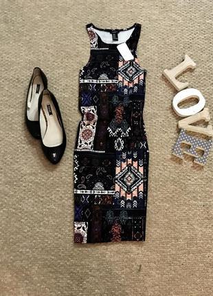 Стильное платье по фигуре в принт