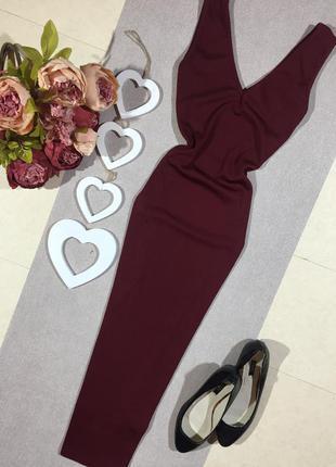 Красивое бордовое платье по фигуре в вертикальную полоску.