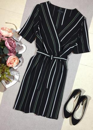 Трендовое платье с имитацией запаха в вертикальную полоску.