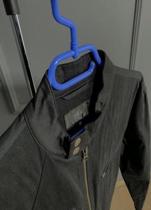 Чёрная легкая куртка на весну типа бомбер с заклепками воротни...