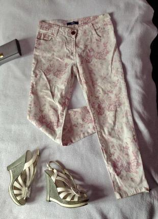 Красивые светлые джинсы брюки в цветочный принт с розами