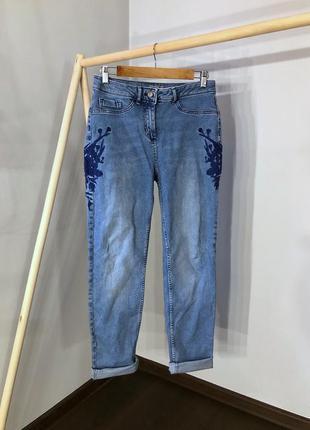 Плотные джинсы мом с высокой посадкой и вышивкой