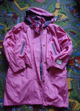 Яркая куртка ветровка с капюшоном и карманами