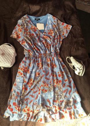 Яркое платье в цветочный принт с рюшей большой размер нежное