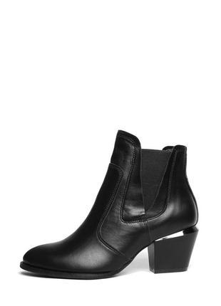 Женские кожаные черные демисезонные ботинки на удобном каблуке...