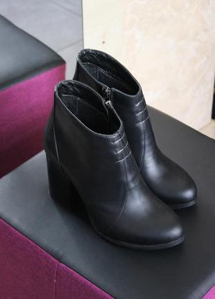 Удобные кожаные ботильоны на широком каблуке