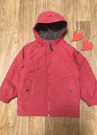 Крутая деми куртка с капюшоном на флисовой подкладке