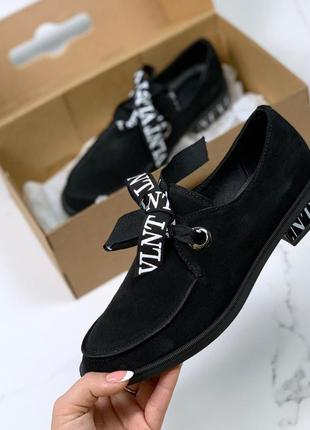 Туфли на низком каблуке из натуральной замши