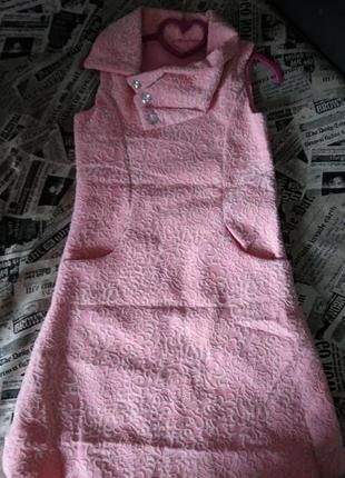 Нежно-розовое фактурное платье
