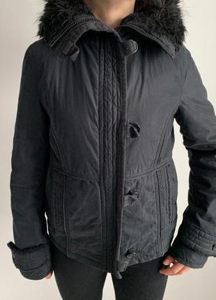 Теплая черная куртка.