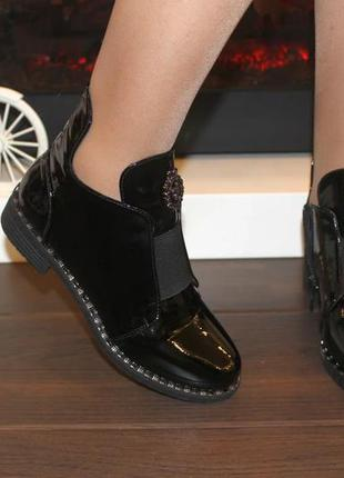 Женские стильные черные лаковые короткие демисезонные ботинки ...
