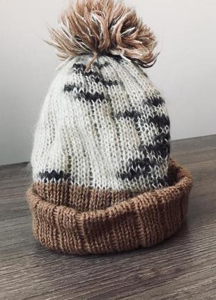 Мила пухнаста шапка з бомбоном