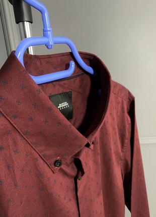 Темно-бордовая классическся рубашка в мелкий узор с пуговицами...