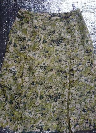 Оливковая юбка в цветочный принт