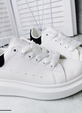 Стильные кроссы с черной пяточкой