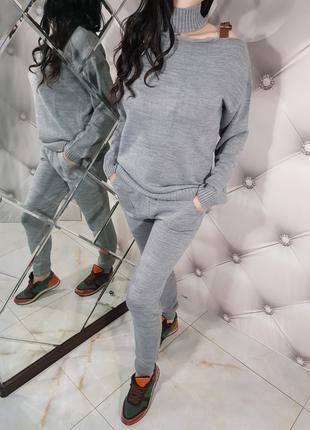 Женский серый вязаный костюм с застежкой 1214