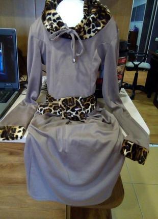 Трикотажное миди-платье бежевого цвета с замшевыми вставками