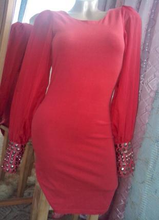 Красное платье с шифоновыми рукавами с металлическими украшени...