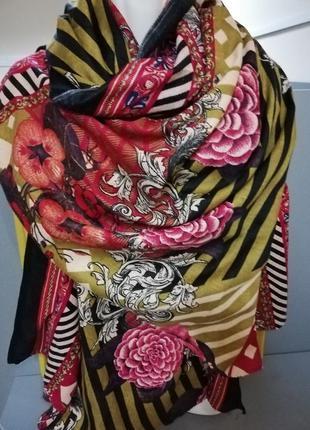 Уютный большой шарф в стильных в розах