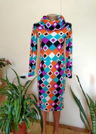 Яркое тёпленькое платье-миди с широким воротом-хомутом