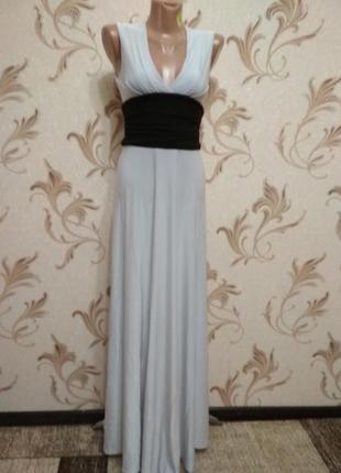 Белое платье-макси с чёрным поясом