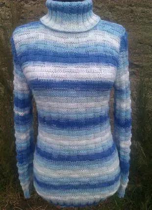 Вязаный спицами меланжевый свитер из переплетений.