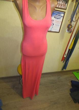 Длинное платье-майка нежно-кораллового цвета с интересной спин...