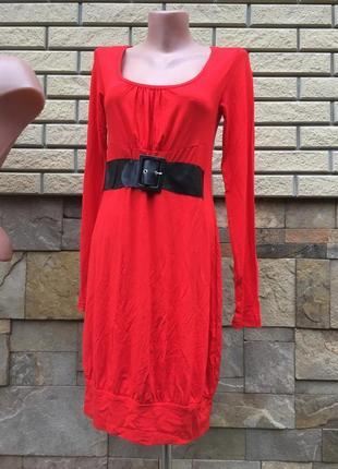 Красное платье с чёрным поясом