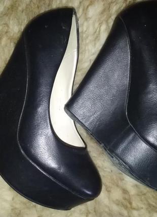 Чёрные туфли на высокой танкетке