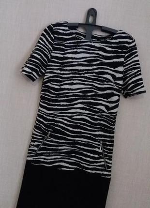 Прямого фасона чёрно-белое платье-миди от wallis