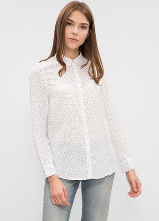 Женская белая рубашка в городке