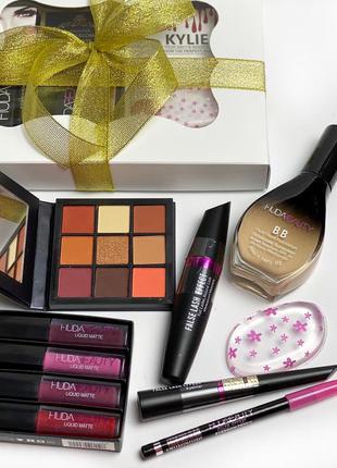 Набор декоративной косметики в красивой подарочной упаковке к....