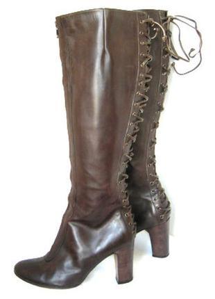 Темно-коричневые кожаные сапоги на молнии впереди и шнуровке с...