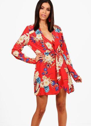 Легкое красное платье с цветочным принтом и v-образным декольт...
