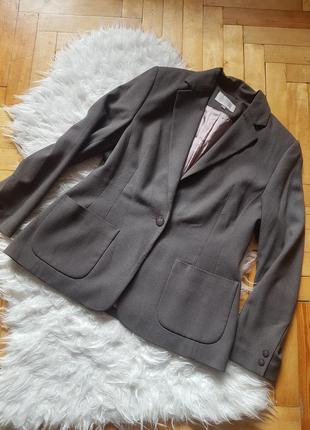Красивый пиджак приталенный красивого цвета в идеальном состоя...