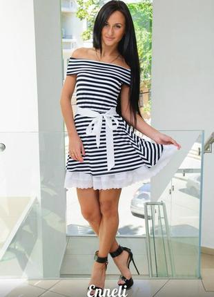 Игривое платье в полоску с открытыми плечами и с кружевом