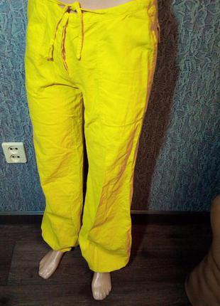 Жёлтые штаны в спортивном стиле.