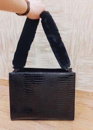Чёрная лаковая сумка с меховой ручкой Faberlic