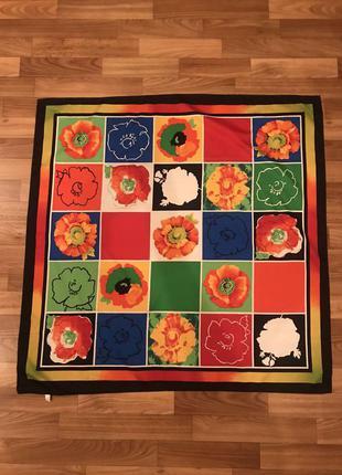Яркий платок в цветочный принт