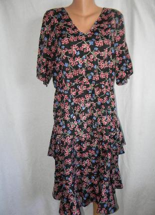 Платье с рюшами и цветочным принтом большого размера