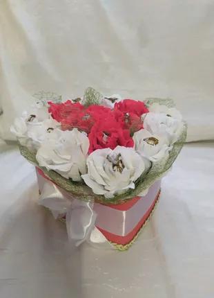 Сердце из роз с конфетками