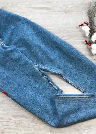 Актуальные джинсы мом с вышивкой 3xl denim co
