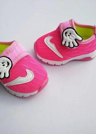 Яркие стильные кроссовки малышам