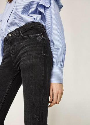 Графитовые джинсы скинни с асимметричным не обработанным  низо...
