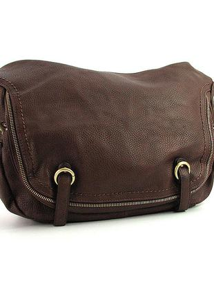 Коричневая женская сумка багет на молнии с ремнем через плечо