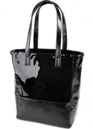 Черная вертикальная женская сумка на плечо с лаковой вставкой