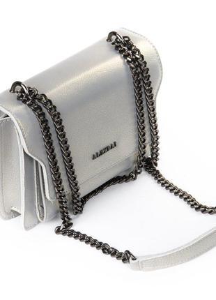Серебристая сумка клатч через плечо кожаная летняя на цепочке