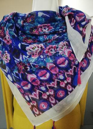 Нарядный платок цветочный принт