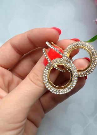 Нарядные серьги-кольца со стразами золото