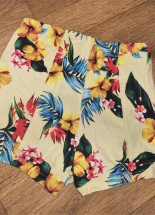 Короткие шорты с высокой посадкой с разрезами с пальмима